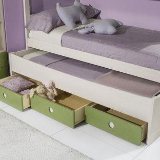 Ejemplo de dormitorio infantil de 4 a 10 años, minimalista, de tamaño medio, con paredes grises y suelo de madera en tonos medios