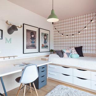 Idéer för mellanstora minimalistiska flickrum kombinerat med sovrum och för 4-10-åringar, med flerfärgade väggar och ljust trägolv