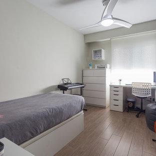 Ejemplo de dormitorio infantil de tamaño medio con paredes grises, suelo de baldosas de porcelana y suelo marrón