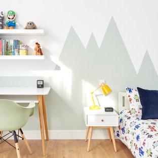 Diseño de habitación infantil unisex de 4 a 10 años, actual, de tamaño medio, con escritorio, paredes verdes, suelo de madera clara y suelo beige