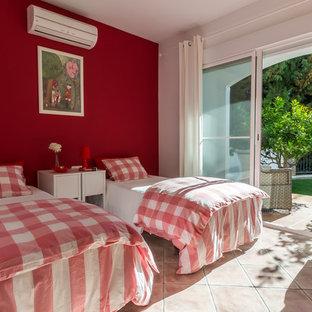 Aménagement d'une chambre d'enfant méditerranéenne de taille moyenne avec un sol en carreau de terre cuite et un mur multicolore.