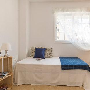 Idee per una cameretta per bambini mediterranea di medie dimensioni con pareti bianche, pavimento in terracotta e pavimento beige