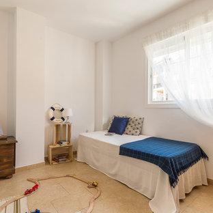 Esempio di una cameretta per bambini mediterranea di medie dimensioni con pareti bianche, pavimento in terracotta e pavimento beige