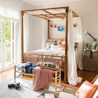 Réalisation d'une chambre d'enfant style shabby chic de taille moyenne avec un mur beige et un sol en bois brun.