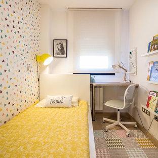 Diseño de dormitorio infantil contemporáneo con paredes blancas, suelo de madera en tonos medios y suelo marrón