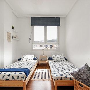 Modelo de dormitorio infantil de 4 a 10 años, costero, con paredes blancas y suelo de madera en tonos medios