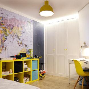 Modelo de habitación de niño de 4 a 10 años, actual, con paredes azules, suelo de madera clara y suelo marrón