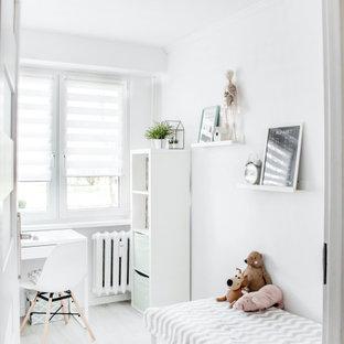 Ejemplo de dormitorio infantil escandinavo con paredes blancas, suelo de madera clara y suelo gris