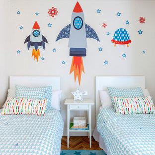 Imagen de dormitorio infantil de 4 a 10 años, clásico renovado, pequeño, con paredes blancas, suelo de madera en tonos medios y suelo marrón