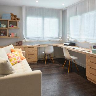 Ejemplo de habitación de niña contemporánea con escritorio, paredes blancas, suelo de madera oscura y suelo marrón