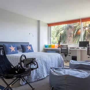 Diseño de dormitorio infantil contemporáneo con paredes blancas y suelo beige