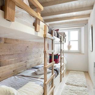 Foto de dormitorio infantil de 4 a 10 años, rústico, de tamaño medio, con paredes blancas y suelo de madera clara