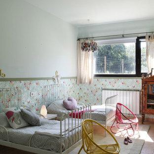 Inspiration för ett mellanstort lantligt flickrum, med blå väggar och klinkergolv i terrakotta