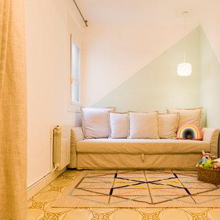 Modelo de dormitorio infantil de 4 a 10 años, escandinavo, con paredes multicolor y suelo beige