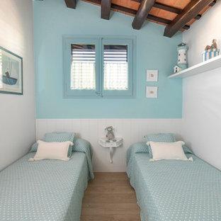 Idee per una cameretta per bambini da 4 a 10 anni mediterranea di medie dimensioni con pareti blu, pavimento in gres porcellanato e pavimento beige