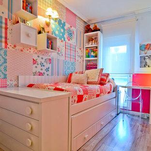 Ejemplo de dormitorio infantil de 4 a 10 años, clásico renovado, de tamaño medio, con paredes multicolor, suelo de madera clara y suelo beige