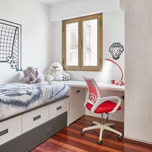Ejemplo de dormitorio infantil de 4 a 10 años, contemporáneo, de tamaño medio, con paredes grises y suelo rojo