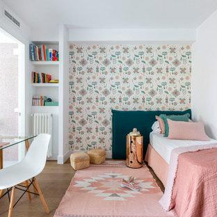 Diseño de dormitorio infantil actual, de tamaño medio, con paredes blancas, suelo de madera en tonos medios y suelo marrón