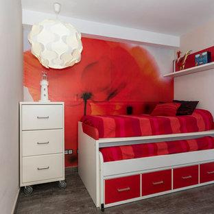 Immagine di una piccola cameretta per bambini design con pareti bianche, pavimento in ardesia e pavimento marrone
