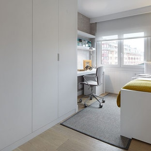 Idéer för att renovera ett mellanstort funkis barnrum kombinerat med sovrum, med mellanmörkt trägolv