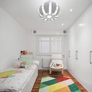 Diseño de habitación de niña de 4 a 10 años, contemporánea, con paredes blancas, suelo de madera en tonos medios y suelo marrón