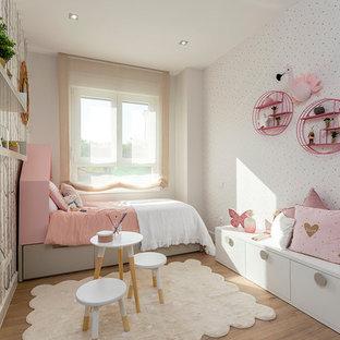Diseño de dormitorio infantil de 4 a 10 años, actual, de tamaño medio, con paredes multicolor, suelo de madera en tonos medios y suelo marrón