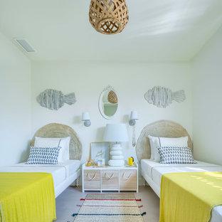 Diseño de dormitorio infantil de 4 a 10 años, mediterráneo, de tamaño medio, con paredes blancas