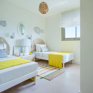 Modelo de dormitorio infantil marinero con paredes blancas y suelo beige