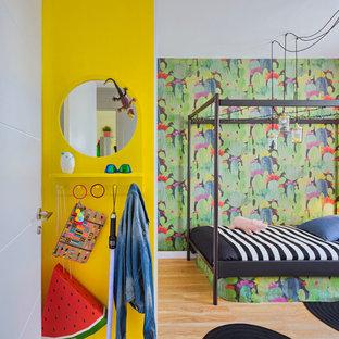 Diseño de dormitorio infantil bohemio, de tamaño medio, con suelo de madera en tonos medios y paredes multicolor