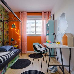 Esempio di una cameretta per bambini boho chic di medie dimensioni con pavimento in legno massello medio e pareti multicolore
