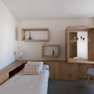 Inspiration för ett mellanstort funkis könsneutralt tonårsrum kombinerat med sovrum, med vita väggar, betonggolv och grått golv