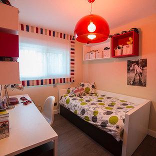 Esempio di una cameretta per bambini design di medie dimensioni con pareti beige e parquet scuro