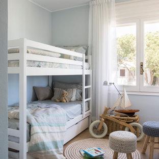 Imagen de habitación infantil unisex de 4 a 10 años, marinera, con paredes grises, suelo de madera en tonos medios y suelo marrón