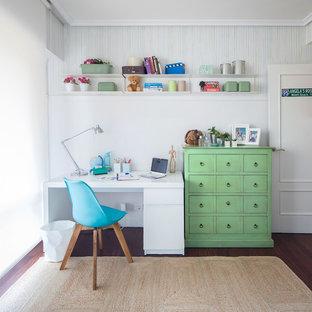 Imagen de dormitorio infantil tradicional renovado, pequeño, con escritorio, paredes blancas, suelo de madera en tonos medios y suelo marrón
