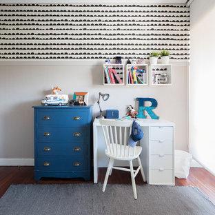 Imagen de habitación de niño de 4 a 10 años, clásica renovada, pequeña, con escritorio, paredes blancas, suelo de madera en tonos medios y suelo marrón