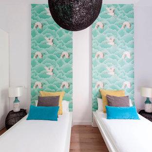 Ejemplo de dormitorio infantil actual, de tamaño medio, con paredes blancas, suelo de madera en tonos medios y suelo marrón
