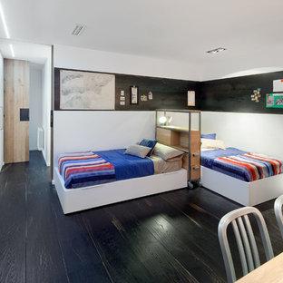 Diseño de dormitorio infantil de 4 a 10 años, contemporáneo, con paredes blancas y suelo de madera oscura