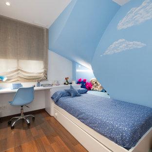 Diseño de dormitorio infantil actual, de tamaño medio, con suelo de madera en tonos medios