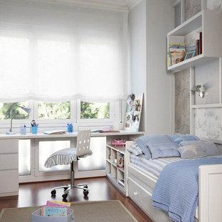 Diseño de dormitorio infantil clásico renovado con suelo de madera oscura, paredes multicolor y suelo marrón