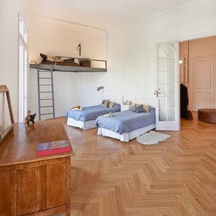 Imagen de dormitorio infantil de 4 a 10 años, nórdico, extra grande, con paredes blancas y suelo de madera en tonos medios