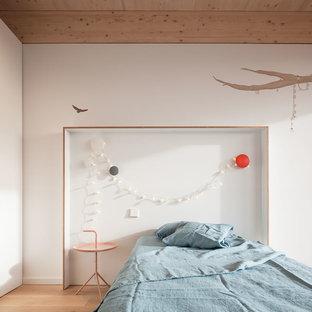 Modelo de dormitorio infantil actual con paredes blancas, suelo de madera clara y suelo beige