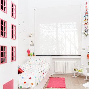 Foto de dormitorio infantil de 4 a 10 años, actual, de tamaño medio, con paredes blancas y suelo de madera clara
