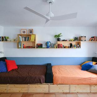 Cette photo montre une chambre d'enfant de 4 à 10 ans scandinave avec un mur bleu et un sol en carreau de terre cuite.