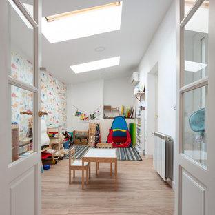 Immagine di una cameretta per bambini da 1 a 3 anni design di medie dimensioni con pareti bianche, pavimento con piastrelle in ceramica e pavimento beige