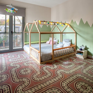 Diseño de dormitorio infantil de 1 a 3 años, contemporáneo, de tamaño medio, con paredes blancas, suelo multicolor y moqueta