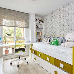 Foto de dormitorio infantil de 4 a 10 años, contemporáneo, con paredes blancas, suelo de madera clara y suelo beige