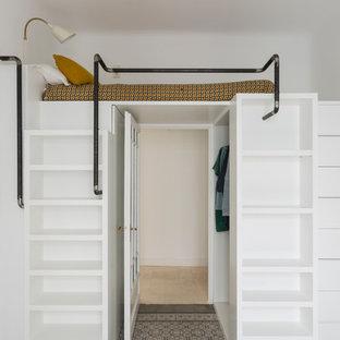 Imagen de dormitorio infantil actual con paredes blancas y suelo multicolor