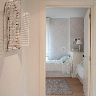 Ispirazione per una cameretta per bambini da 1 a 3 anni stile marino di medie dimensioni con pareti beige, pavimento in laminato e pavimento marrone