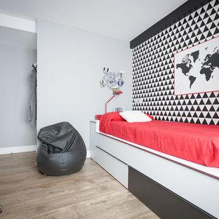 Ejemplo de dormitorio infantil contemporáneo, de tamaño medio, con paredes grises, suelo de madera en tonos medios y suelo marrón