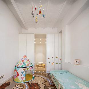 Diseño de dormitorio infantil de 1 a 3 años, mediterráneo, con paredes blancas y suelo multicolor